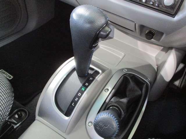 4速オートマチックトランスミッションです。 トランスファレバーにより切り替え可能なパートタイム4WDです