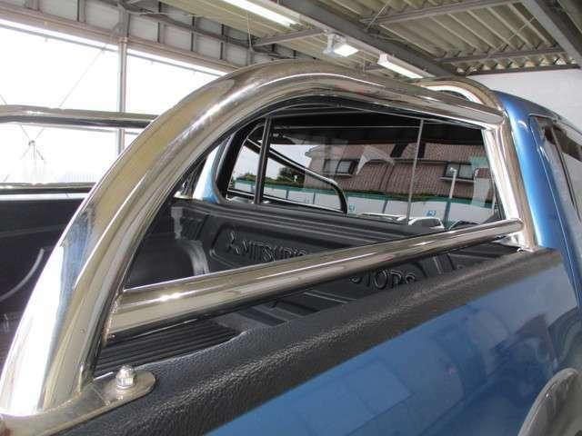 スタイリングバー(純正オプション)荷台上のバーとリアガードバーは純正オプションです。充実装備のトライトン!