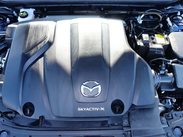 ディーゼルエンジンの力強さとガソリンエンジンのレスポンスの良さを併せ持つ新世代のエンジン『SKYACTIV-X』。そこにマツダ独自のエネルギー回生システム『Mハイブリッド』を組み合わせてあります。