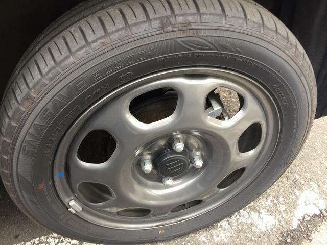 タイヤはさほど使用感ありません。純正の15インチホイール装着