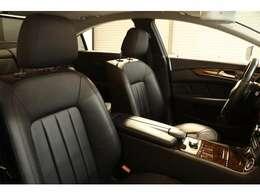 内装には綺麗な状態を保った上質なブラックレザーシートを設定!メモリー機能付きパワーシート、シートヒーター、ランバーサポートなど多機能設計でカーライフをサポートします!