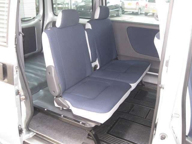 リヤシートを収納すれば広々とした空間に早変わり。仕事に趣味のスペースに便利な荷室です。