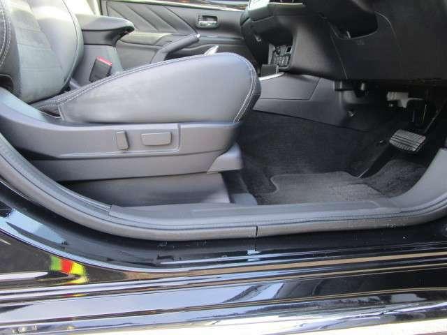 運転席はパワーシート。前後スライド・リクライニング・座面前後のハイトアジャスター機能がついております。