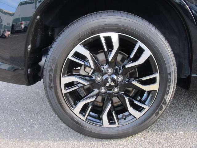 タイヤサイズは225/55R18。純正18インチアルミホイール付きです。