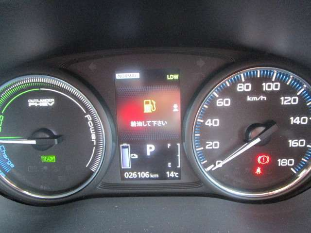 カラーセンターディスプレイ付きコンビネーションメーター。センターディスプレイには燃費情報などが表示できます。