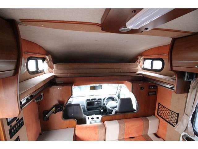 スライド式バンクベッド!収納時は運転席からの移動も容易です!