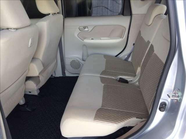 軽自動車とは思えないリヤシートの広さもステラの大きな魅力です。足元も広くヘッドクリアランスも良好です。大人が2人余裕で乗車が出来ます。シート位置が高いので、乗り降りも容易です!