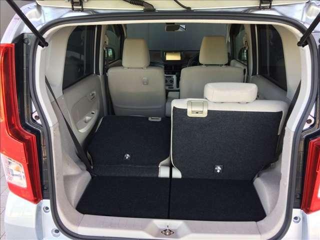 分割でシートが倒せ片側には人、もう片側にはお荷物が積めて便利です。画像では3人乗車で長尺物などを積み込むことが可能です。高さと大きな空間が特徴のトランクスペースです★☆★☆★
