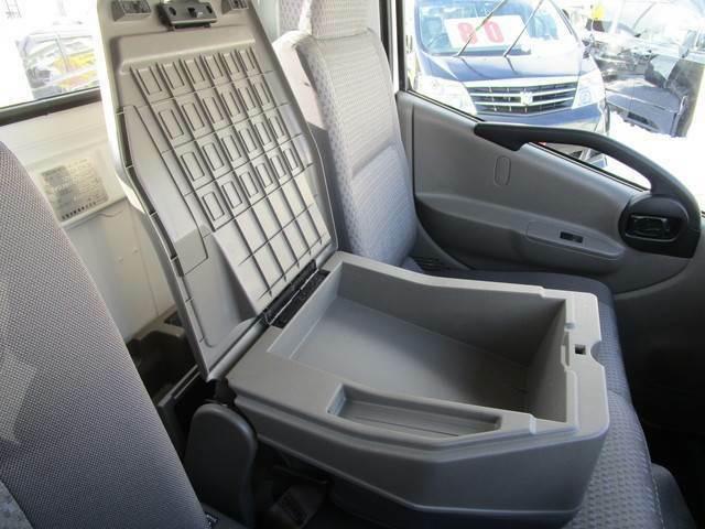 真ん中の席は倒すと肘掛けにもなります。フタを開けると中は小物入れになっていますので非常に便利です♪