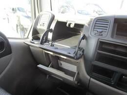 助手席側にも収納スペースがタップリ!もちろんドリンクホルダーも装備されています!