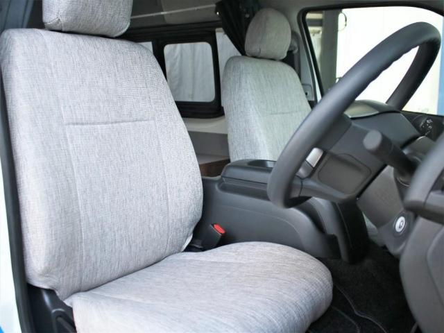 運転席、助手席には、フレックスオリジナルのシートカバーが装備されておりカジュアルな内装に仕上がっております!