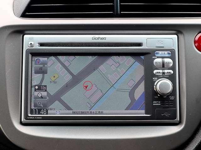 【メモリーナビ】こちらの車はメモリーナビを装備しております。高性能なナビ機能の他、CD音楽の再生やDVDも視聴できます。ドライブ中の楽しみも増え、便利でお得な装備です。