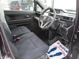 運転席、助手席の間に物が置きやすい、ベンチシート!