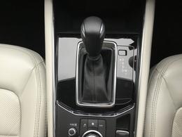 「走る・曲がる・止まる」の運転操作が連続してスムーズに行える、ステアリングやペダルの形状と配置になっています。