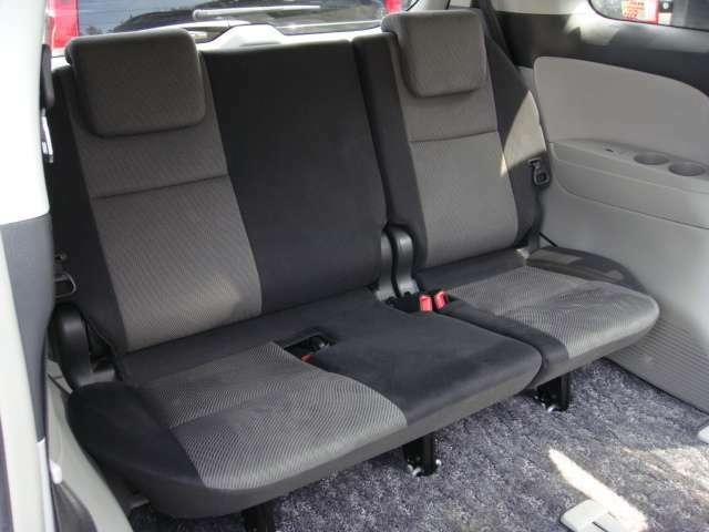 使用感の少ない綺麗なサードシート!頭上高があるため、圧迫感がありません!