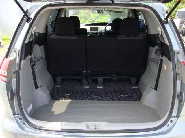 荷物の多い時はサードシートをパタンと格納し、広々としたラゲッジスペースに早替わり!