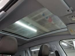 開放感溢れる「ガラスルーフ」は人気メーカーオプションの一つ。