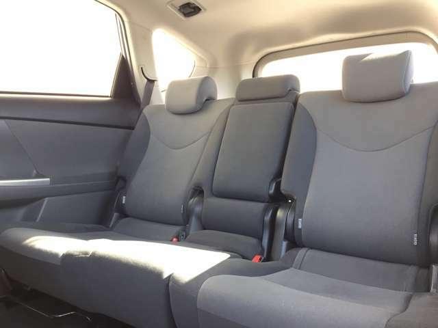 【2ndシート】左から見た感じです。右座席同様に使用感がなく、キレイな状態です♪