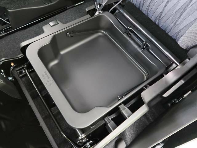 【シートアンダーボックス】シートの下に大容量の収納スペースが備わっており、靴や洗車グッズなど、外から見られたくないものをすっきり収納できて便利!
