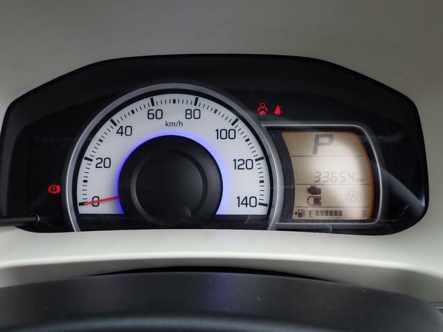 エコドライブをサポートするメーターを装備。運転状況に応じてスピードメーターの照明色を変化させます。エネルギーの流れを視覚的表示。