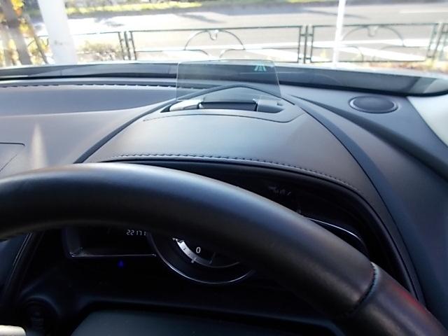 目の前にセンターディスプレイ。ここに速度等表示されますので走行中に視線の移動が少なく安全ですね。