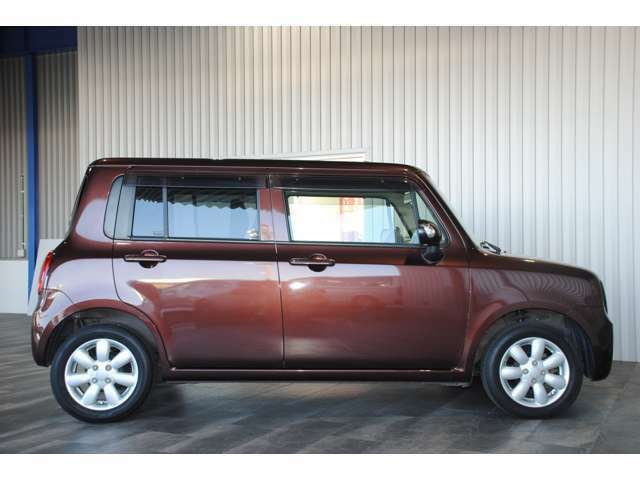【外装状態】中古車相応の薄いキズなどはありますが、大きなへこみや錆などはなくきれいな状態です!ぜひ実車をご覧ください♪