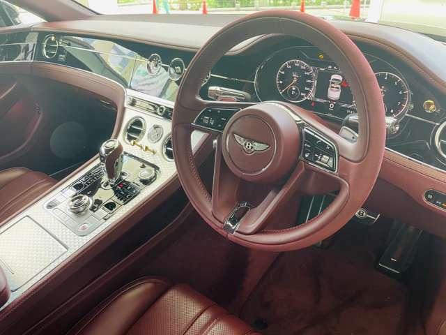 運転席は目立つ汚れなどなく、綺麗な状態でお乗りいただけます。