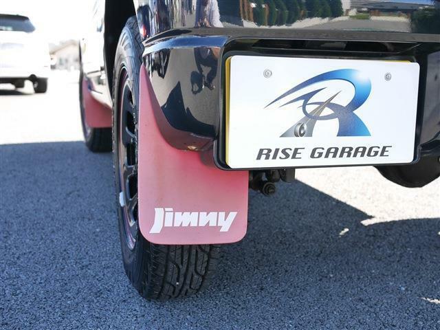 各タイヤの後方にはマッドガードが付いています。ブラックのボディに赤いマッドガードが映えます。