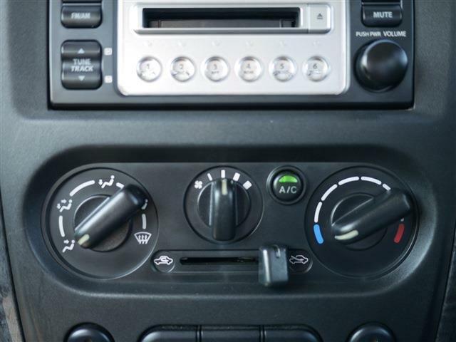 エアコンはツマミを回すマニュアルタイプです。