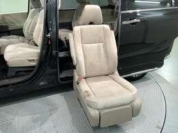 助手席側の後部座席がリフトアップします。