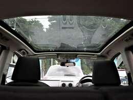 希少メーカーOPの大開口のガラスルーフを装備☆開放感と高級感がありますね☆後付けできない装備ですのでぜひ装着車をお勧めいたします☆