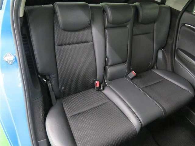 セカンドシートは座り心地が良く、足元のスペースにも十分ゆとりがあります♪