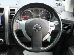 【純正本革巻きステアリング】(チルト機構付)は、ポップアップステアリングで、上下に移動可能で、お車の乗り降りをスムーズに行うことができます。