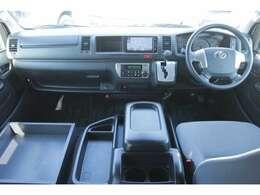 運転席エアバッグ/ABS/キーレス/イモビライザー/純正ETC車載器/アクセサリーコンセント(AC100V)/コーナーセンサー/フロントオートエアコン/リヤクーラー/リヤヒーターが装備されています。