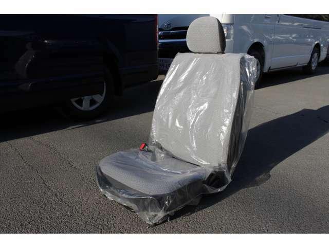 この車両に装着されていた助手席です。助手席を再び装着して乗車定員を13人乗りから14人乗りに構造変更することも可能です。その場合は、ご契約の際にスタッフにお申し出ください。