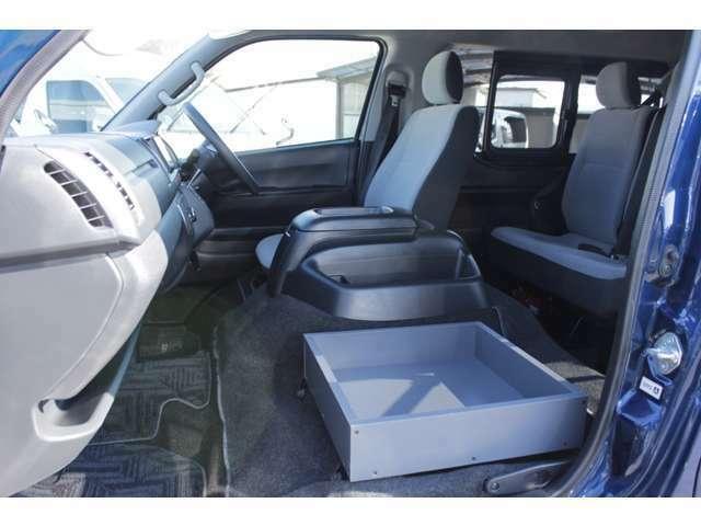 助手席の位置に小物入れが装着されており、乗車定員が14人乗りから13人乗りに構造変更されています。