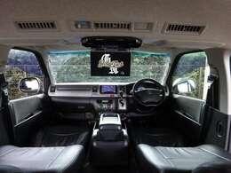黒革調シートやコンビハンドルで高級感UP!ナビやTV/後席モニター/Bカメラ/ETCなどドライブ機能も充実!更に、ベッドKIT付きの広々した車内は車中泊も可能な贅沢空間♪これぞハイエースに乗る醍醐味!