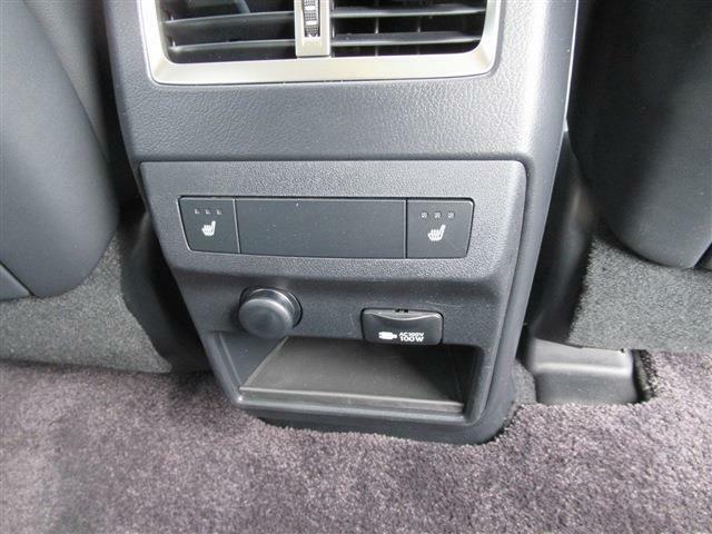 オプションリアシート電動格納、リアシートヒーターの装備です。