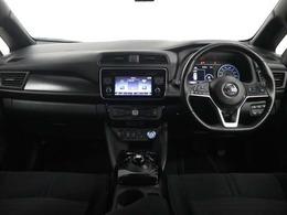 内装は汚の目立ちにくいブラックで先進的デザインとITシステムを備えたコックピット。シンプルですっきりとしたハンドル周り