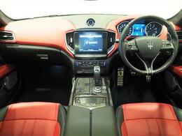 インテリアは12方向電動調整式フロントシート、カーボンインテリアトリム、シートベンチレーション、シートヒーターが装備され、スポーティーな走りの楽しみと快適性を両立。