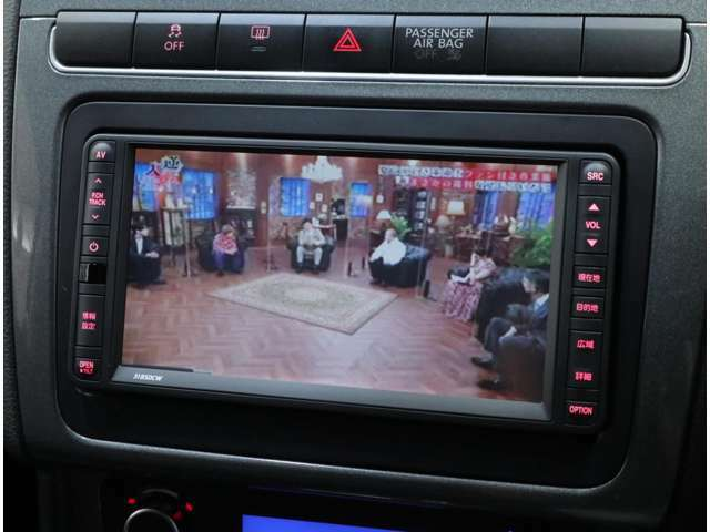 VW純正SDナビを搭載。ワンセグTVの視聴、CD&DVDビデオ再生も可能で、AUX端子にてiPhoneなどのメディア接続も実現。バックカメラの追加も可能です。