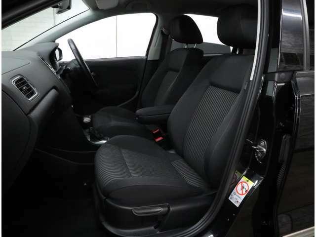 高性能エンジンがもたらすスポーティな走りを支える、上級グレード「TSIハイライン」のフロントスポーツシート。フィット感の高いシートは高さ調整機能付き。