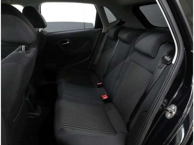 後席の定員は3人分。ヘッドレスト形状が新しくなり、後方視界も改善されました。左右席にはチャイルドシートの固定装置(ISO-FIX)が備わっています。