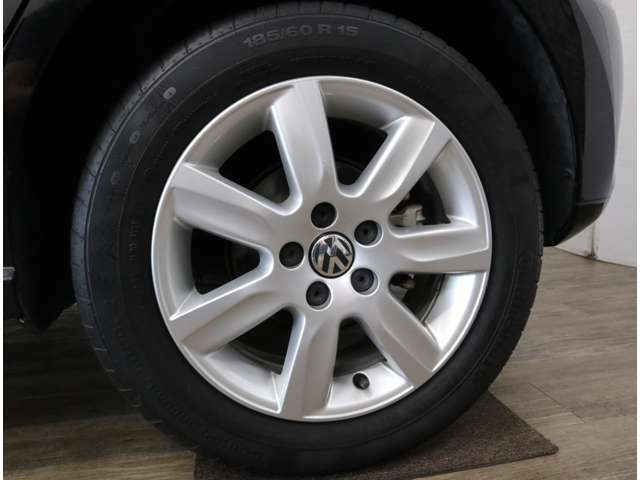充分な残量を残したタイヤと、上級グレード「TSIハイライン」に標準装備される15インチアルミ。サスペンションや足廻りパーツの角度などを見直し、先代モデルより操縦安定性を向上しています。