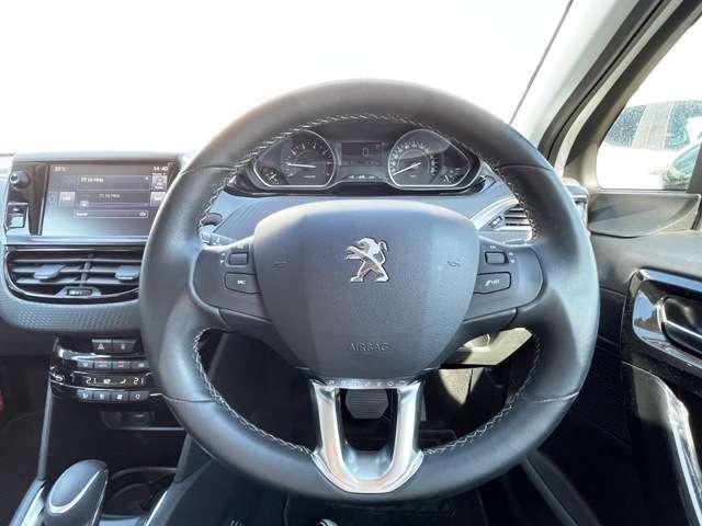 ●レザーステアリング『グリップ性能も高く運転しやすいハンドルです。』