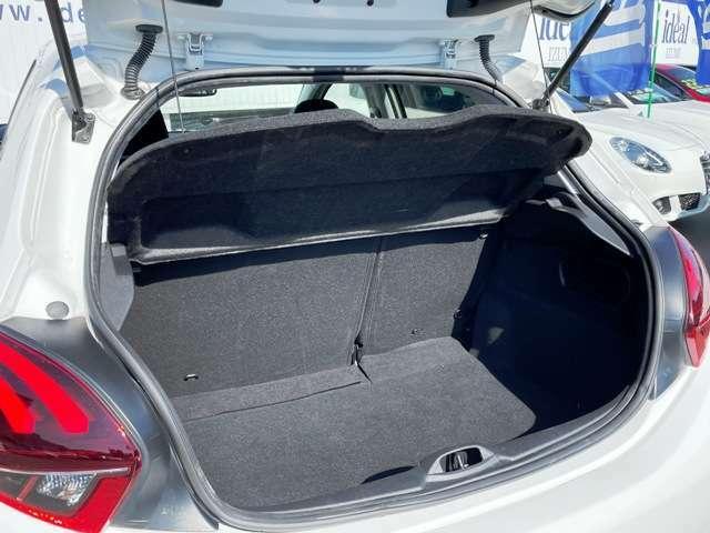●ラゲッジスペース『後部座席を倒すことも可能ですのでスペースを広げることも可能です。』