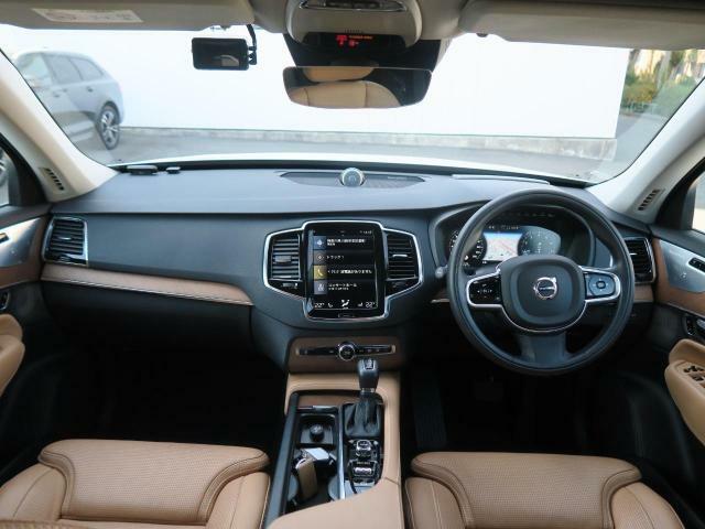 2016年モデル『XC90T6AWDインスクリプション』が入庫しました!オプションB&Wサラウンドを搭載しており臨場感のある音響で快適な車内空間を演出します。お洒落なパール×アンバー革仕様の1台です♪