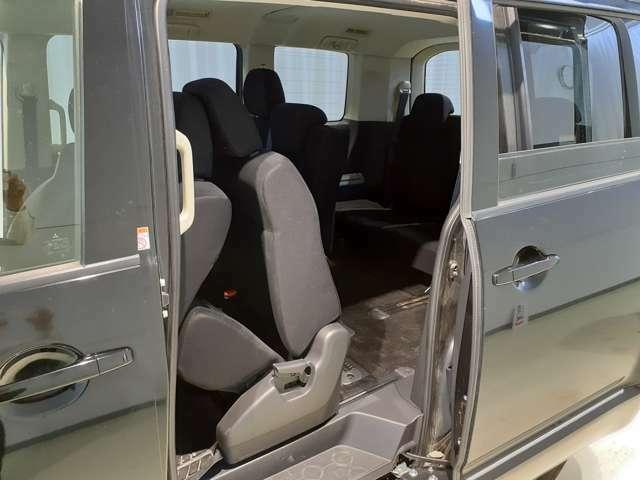 楽々乗り込めるサードシート♪セカンドシートがしっかりと前側までスライドされるためサードシートに乗り込みやすいです♪