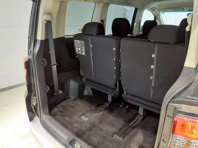 サードシートを一番前までスライドするとしっかりと荷物を収納できます♪