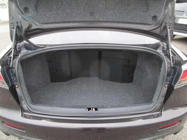 トランクルームはスポーツカーながら実用的な容量を確保!